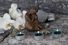 Bouddha avec des bougies