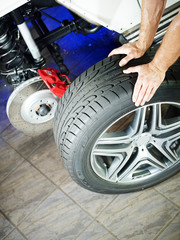 Change a tyre in a garage