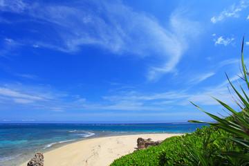 沖縄 コマカ島の美しい海と夏空