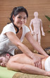 Traditionelle Thai-Massage - Mann bei der Rückenmassage