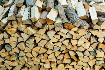 Zum Trocknen aufgeschichtete Brennholzscheite in einer Holzmiete