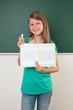 Schülerin zeigt Arbeitsheft