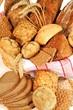 Brot und Brötchen im Korb