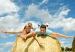 Fröhlichkeit, Glück, Albernheit: Junge Menschen auf Strohballen