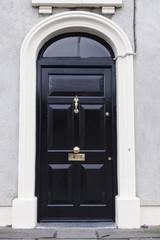 Schwarze Haustür in Irland