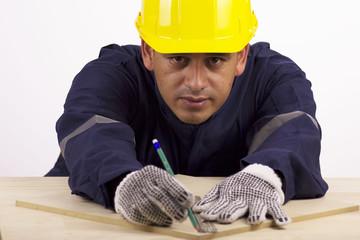 Trabajador haciendo un trazo