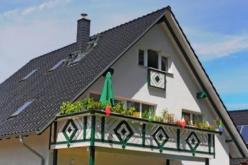 Wohnhaus mit Holzterrasse