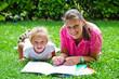 mamma e figlia disegnano in giardino