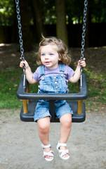 bambina sorridente sull'altalena