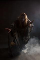 Hexe auf Besen im Nebel