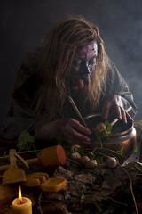 Kräuterfrau braut sich eine Suppe