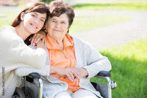 enkelin zu besuch bei ihrer oma