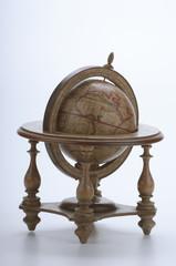 Mappamondo in legno su fondo bianco