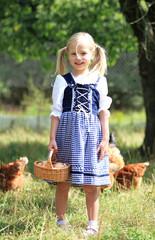 Mädchen mit Korb voller Eier