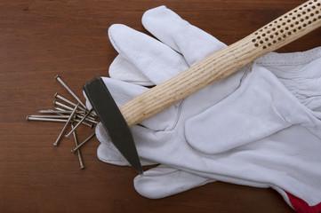 asse di legno con martello e chiodi