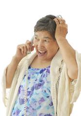 電話で会話をする女性