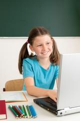 Schulkind am Laptop
