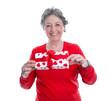 Lachende ältere Frau mit einem Geschenk mit Herzen