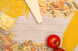 Verschiedene Pasta mit Tomate und Parmesan