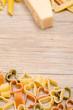 Pasta als Herz auf einem Brett aus Holz