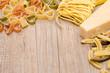 Pasta und Parmesan mit Textfreiraum für Werbung