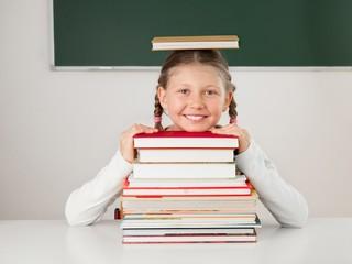 Grundschulkind mit Büchern