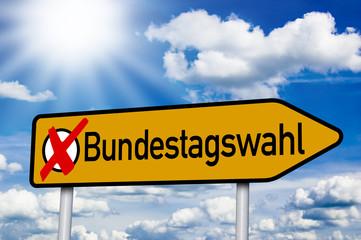Wegweiser mit Bundestagswahl und Kreuz