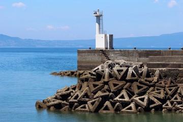 赤崎港の灯台とテトラポット