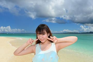海水浴を楽しむ笑顔の女性