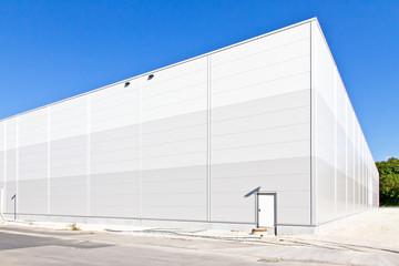 Neue Lagerhalle in einem Industriegebiet