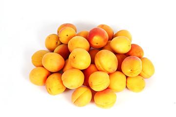 Aprikosen auf weiß isoliert von oben