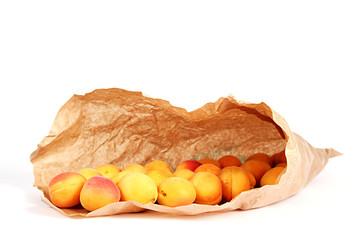 Aprikosen in Papiertüte auf weiß isoliert