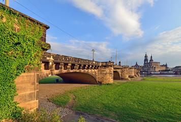 Dresden - Brücke über die Elbe im Abendlicht
