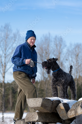 Rentner mit Kerry-Blue-Terrier