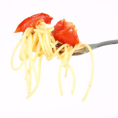 Pasta with tomatoes and garlic on a fork