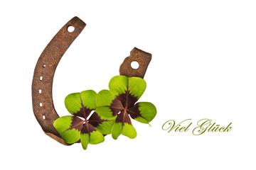 vierblättrige Kleeblätter auf Hufeisen, freigestellt, Viel Glück