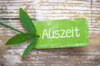 Auszeit in der Natur Konzept - Plakette aus grunge Karton