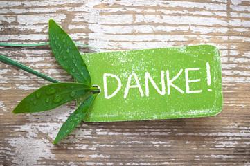 """grüne """"Danke!""""-Plakette auf natürlichem Holzhintergrund"""
