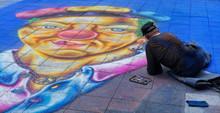 Artysta uliczny jest rysunek klauna na ulicach Berlina
