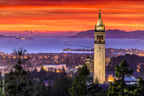 Foto op Aluminium San Francisco Dramatic Sunset over San Francisco Bay and the Campanile