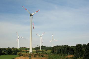 Windkrafträder auf einer bewaldeten Höhe in Hessen - 2