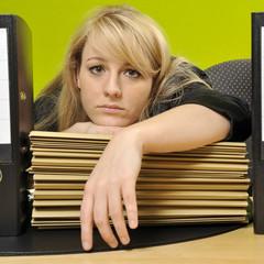 Überarbeitete Frau erleidet Burnout