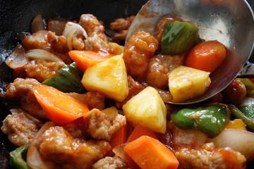 酢豚の調理シーン