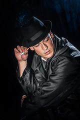 gangster fuma una sigaretta minaccioso con il cappello