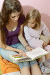 Babysitter liest Kind eine Geschichte vor