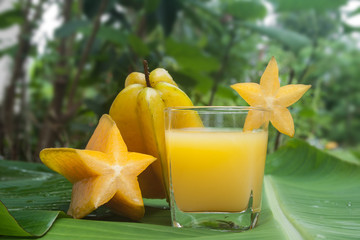 Starfruit and Starfruit juice on a banana leaf.