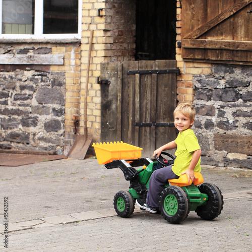 glücklicher Junge auf dem Bauernhof