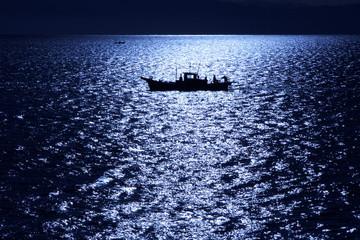 煌めく海と漁船