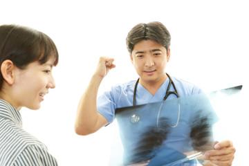 真剣な表情の医師と女性患者