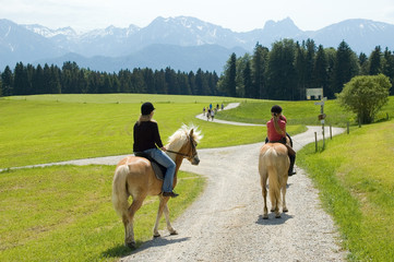 2 Reiterinnen vor Bergkulisse